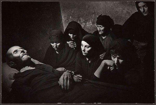 Duelo por Juan Larra. En primera fila y de izquierda a derecha, su viuda Tomasa Curiel, su nieta Josefa Larra y su hija Saturnina Larra. Detrás, otros parientes.