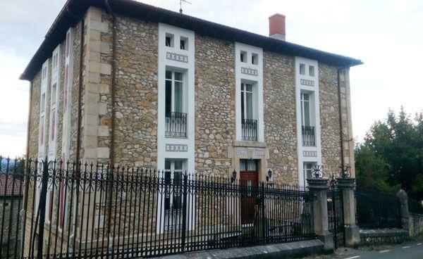"""Parte del palacete bautizado como """"Villa Daría"""", propiedad del indiano Alfonso Gómez-Mena y su familia, en Cadagua de Mena (Burgos)."""