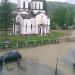 Podivljala reka za 20 minuta poplavila kuće: Bujice nemilosrdno lome naselja na Balkanu, preti ciklon iz Italije