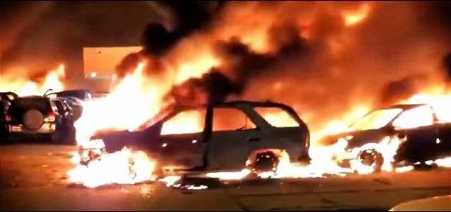 Demonstranti zapalili skoro 100 automobila (VIDEO)