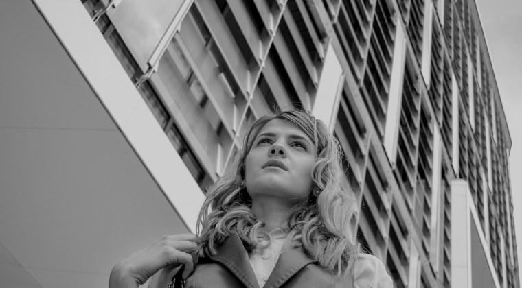 Una chica representando el paper de una empresaria o director