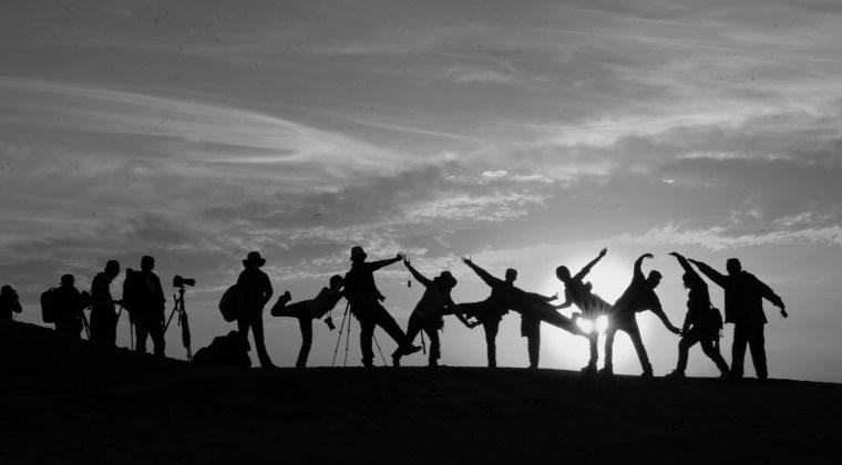 Un grupo de personas festejando represtando los roles de innovación