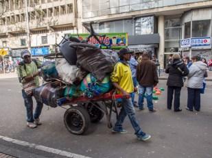 Panowie pchający swój dobytek na wózku, podróż Bogota
