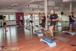 mężczyźni na fitnessie