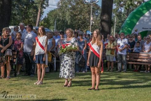 Reprezentacji szkoły z Józefowa składają wieniec pod pomnikiem Łączniczek AK w Józefowie