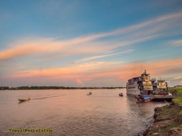 Zachód słońca na Amazonce i wielka łódź w porcie