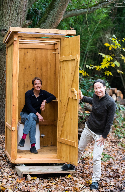 Elisabeth und Severine Felt mit eine unserer WIESE Toiletten; Foto von Wolfgang Schmidt, Ammerbuch