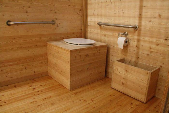 """Komposttoilette """"Wald"""" barrierefrei aus Lärche. Innenansicht."""