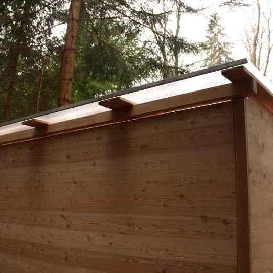 nowato barrierefreie Komposttoilette Modell Wald 80L. Ansicht von hinten, Detail vom Dach