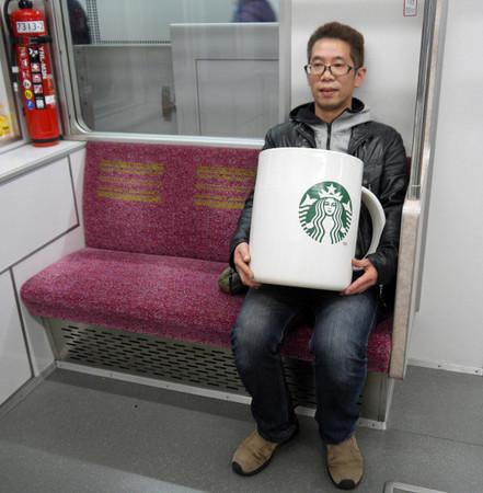 150346341359321 - 花8萬買下「巨無霸星巴克杯」,他滿懷期待捧著它去買咖啡,沒想到「店員竟然直接跟他說...」