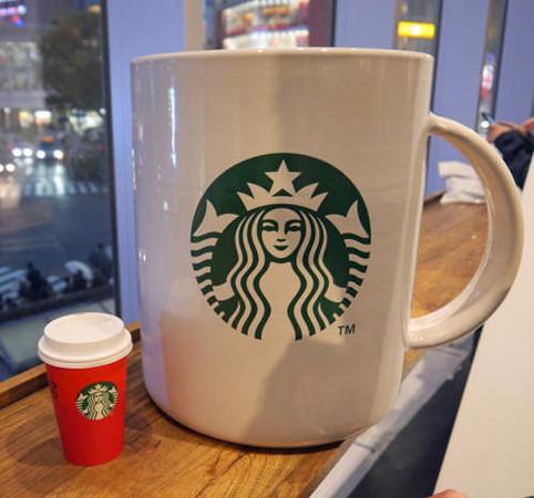 150346341593559 - 花8萬買下「巨無霸星巴克杯」,他滿懷期待捧著它去買咖啡,沒想到「店員竟然直接跟他說...」
