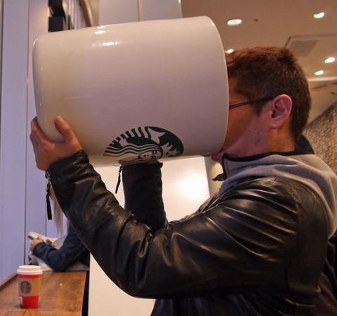 150346341693755 - 花8萬買下「巨無霸星巴克杯」,他滿懷期待捧著它去買咖啡,沒想到「店員竟然直接跟他說...」