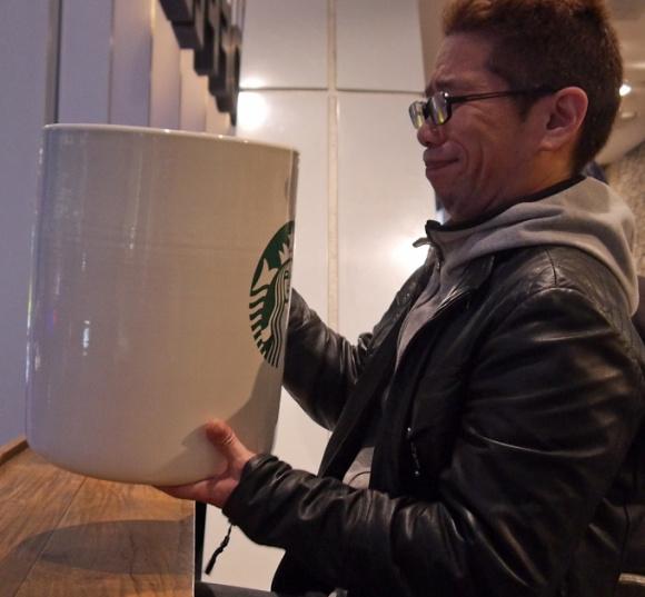 150348798046101 - 花8萬買下「巨無霸星巴克杯」,他滿懷期待捧著它去買咖啡,沒想到「店員竟然直接跟他說...」