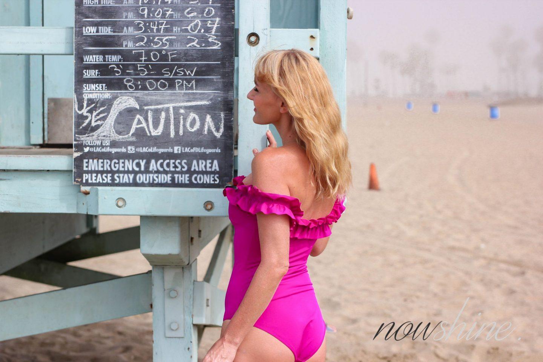 Nowshine am Strand von Venice in Kalifornien- Selbstbräuner für die Beine von Veralice - The Water von Tan Luxe