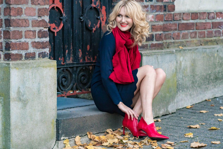 Ouftit Weihnachtsfeier-Dresscode festlich-Firmenparty-Büro-Strickkleid-Blau-Rot