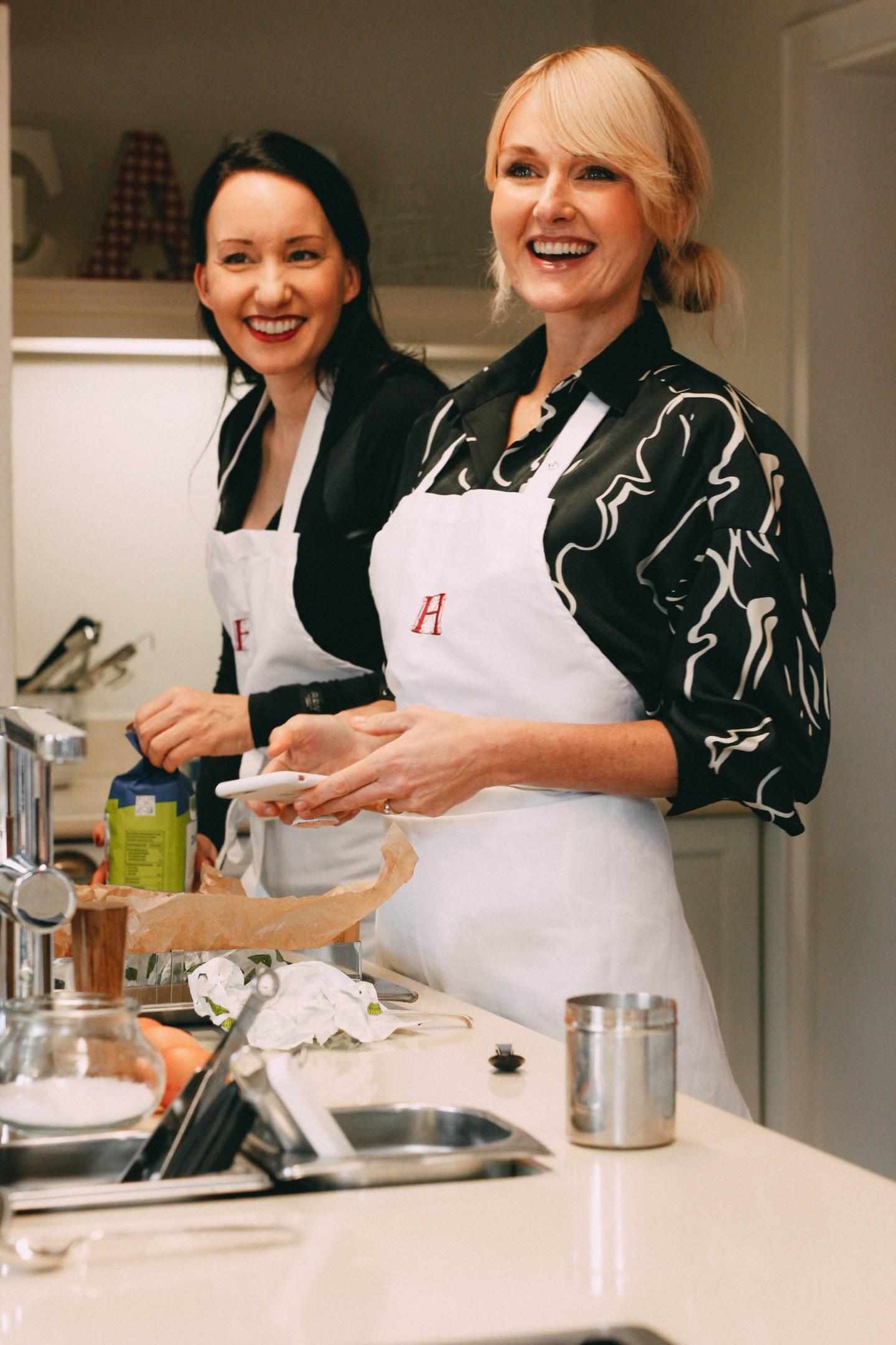 Nowshine und Vanessa Pur backen im Lösch für Freunde einen Lebkuchen nach Omas Rezept