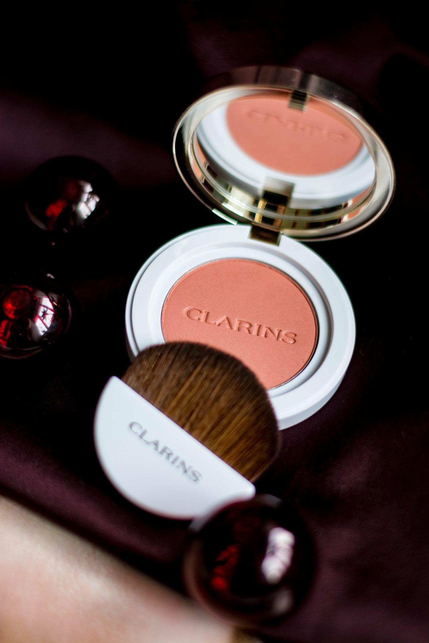 Blush, Rouge, Joli Blush, cheeky Coral, leuchtende Wangen, Frische, Glamour, Glow, XMAS, Make-up, natürlich, Make-uo mit drei Produkten, schnelles Make-up, kurze Nacht
