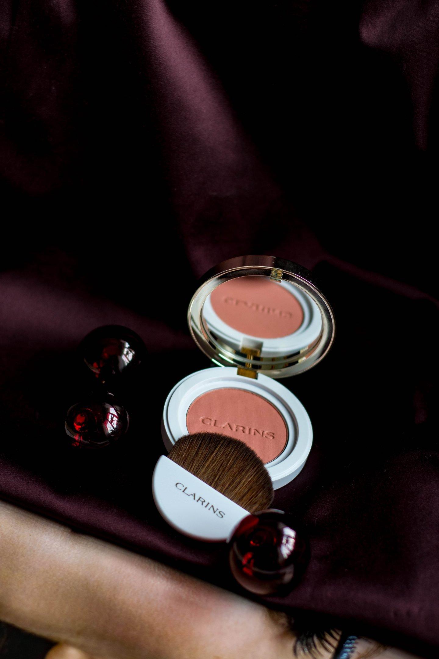 Joli Blush, Wangen, Clarins, Coral, natürliche Wangenfarbe, leichter Glow, frisches Aussehen, Haltbarkeit, natürliches Make-up, get ready in 5 minutes, get your glow, drei Produkte für schnellen Glamour