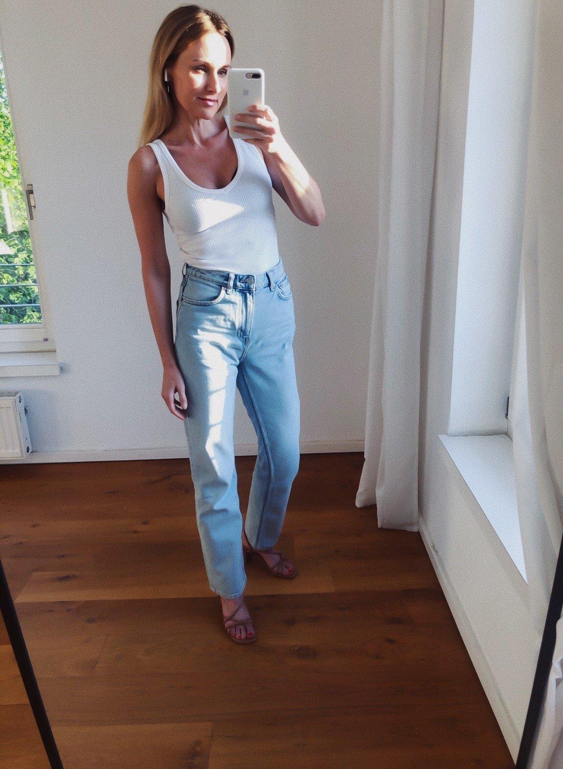 Wie-trage-ich-eine-gerade-weite-Jeans-mit-Basics-Nowshine-Modeblog-ü40