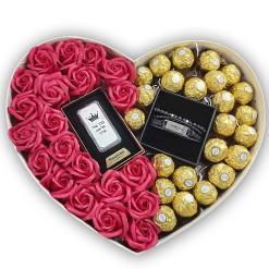 "מארז מתנות לגבר מארז לב עם פרחים ופררו רושה 34X27 ס""מ גובה האריזה 13 ס""מ קופסת התכשיטים במרכז הקופסה. המארז מגיע עם מצית עם הקדשה. המארז מגיע ם צמיד עור לבחירה."