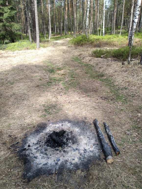 Foto ohniště založeného přímo na cestě