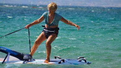 Photo of Aναστασία: Η 81χρονη Κεφαλονίτισσα που δαμάζει τα κύματα με τη σανίδα και τη ζωντάνια της