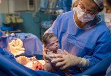 Photo of Viral η στιγμή που νεογέννητο αγριοκοιτάει τον μαιευτήρα μόλις βγήκε από την κοιλιά