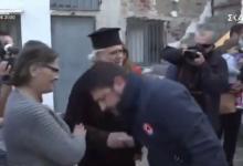 Photo of Ο Νίκος Χαρδαλιάς χωρίς μάσκα φιλά το χέρι ιερέα