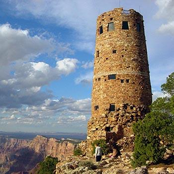 Bir uçurumun kenarında, 70 fit yüksekliğinde dairesel bir taş kule.