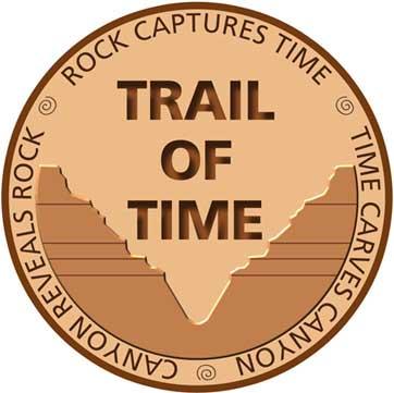 Daire içindeki logo, Ortalanmış metin, Zamanın İzi, etrafındaki metin okuma: Rock Zamanı Yakalar, Time Carves Canyon, Canyon Rock'ı Ortaya Çıkarır.