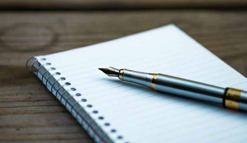 page blanche d'un freelance qui écrit avec un stylo plume