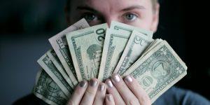 freelance qui montre de l'argent