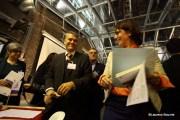 Mr Ernst Loendersloot, Sr kandidaat notaris te Maastricht, heeft een vrolijk onderonsje met een matchmaker tijdens een bijeenkomst van Samen voor Maastricht.