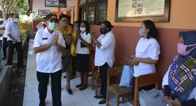 Peringati Hari Guru Wali Kota Serahkan Bantuan Seragam