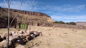 CHIHUAHUA, CHIHUAHUA, 25FEBRERO2018.- El gobernador Javier Corral Jurado anunció el aseguramiento de otros cuatro ranchos que fueron adquiridos directamente por el exgobernador César Duarte Jáquez durante su gestión, con una extensión de 2 mil 344 hectáreas y donde localizaron 450 reses, algunas de ellas con aretes similares a los provenientes de Nueva Zelanda, y animales exóticos. En un mensaje transmitido a los chihuahuenses en sus cuentas de diversas redes sociales, el mandatario estatal informó de los cateos que llevó a cabo la Fiscalía General de Estado el pasado sábado 24 en el municipio de Balleza al sur de la entidad, y que fueron adquiridos directamente por el ex exgobernador durante su gestión, en cumplimiento a una orden librada por un Tribunal de Control del Distrito Judicial Morelos. FOTO: CUARTOSCURO.COM