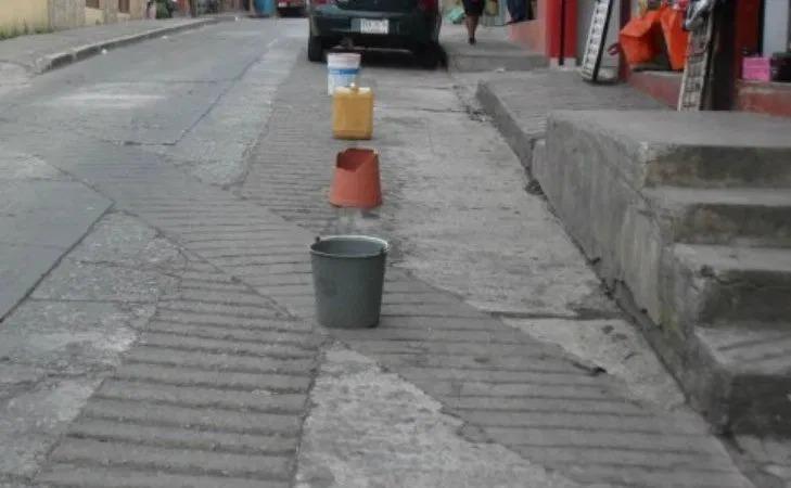 Ni multas ni sanciones contra quien aparte lugares en la vía pública