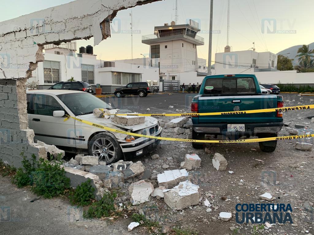 Camioneta atraviesa barda de la Guardia Nacional en Tepic y les deja boquete