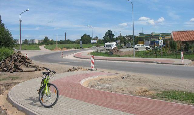 Kādēļ veloceliņš šķērso brauktuvi?