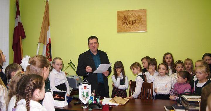 Par Kandavas novada domes priekšsēdētāju vēlas kļūt 69 skolēni /FOTO/
