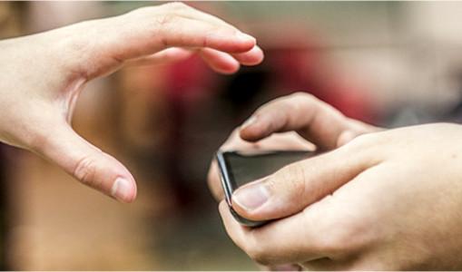 Tukumā no veikala vitrīnas nozog dārgu mobilo tālruni