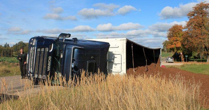 Sēmē uz ceļa apgāžas fūre ar kūdras kravu