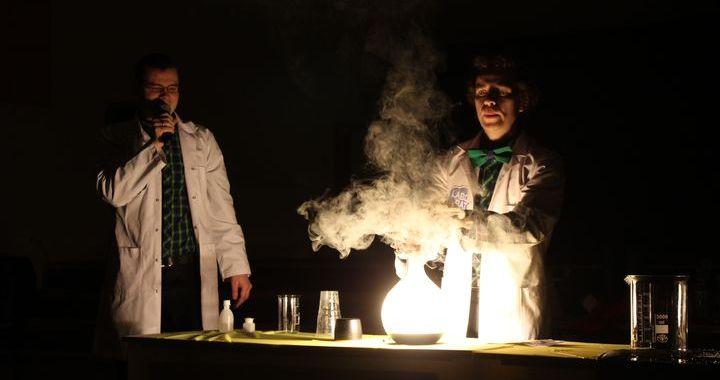 Zinātniskais ķīmijas un fizikas teātris «Laboratorium» Slampē /FOTO/