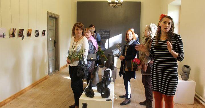 Kandavā atklāta keramiķes Lindas Romanovskas jubilejas izstāde «Logs» /FOTO/