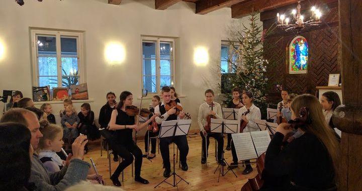 Tukuma un Jūrmalas mūzikas skolu audzēkņi Ķemeru «Meža mājā» /FOTO/