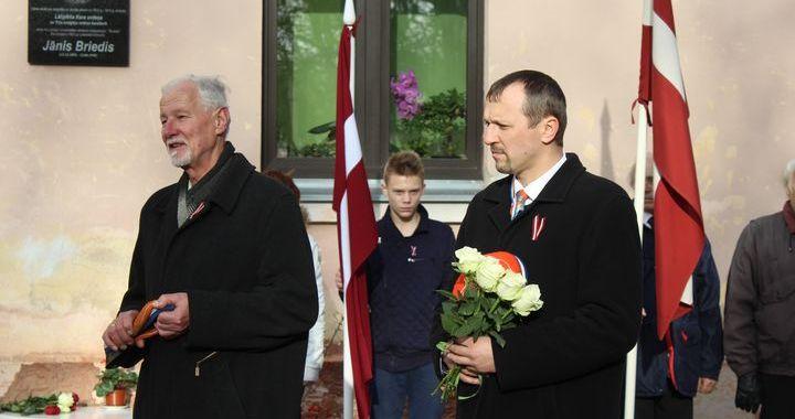 Pie Cēres skolas atklāj plāksni pulkvežleitnanta Jāņa Brieža piemiņai /FOTO/