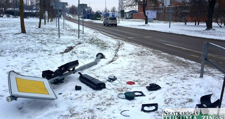 Kandavā autovadītājs, izvairoties no sadursmes ar citu auto, uzbrauc luksoforam