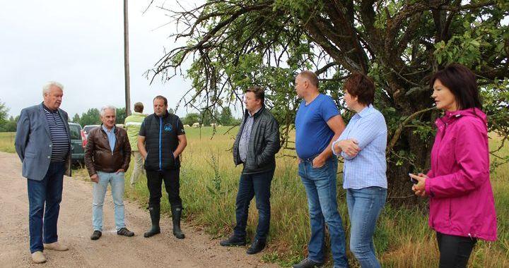 Zemkopības ministrs lūko nokaltušos laukus Kandavas pusē