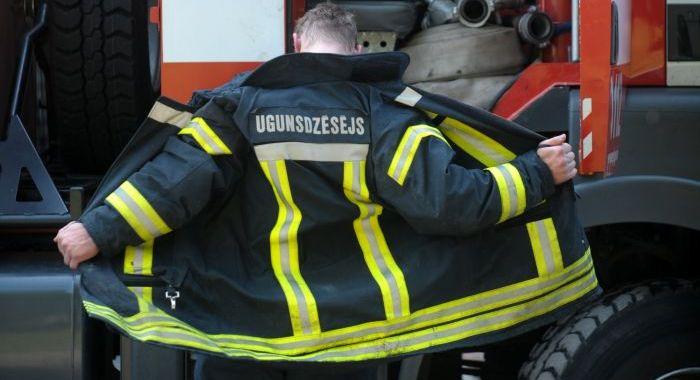 Dzēšanas darbos cietis ugunsdzēsējs
