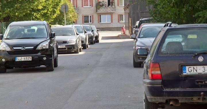 Mašīnas divās rindās un atkritumi – jāpieskata pašam?