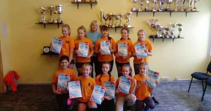 Sezonu atklāj jaunās volejbolistes un meiteņu futbola komanda